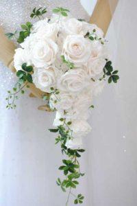P025白バラのキャスケードブーケ