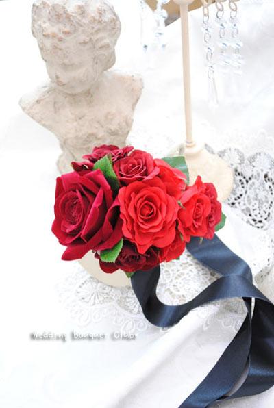 赤いリストブーケで素敵な花嫁に