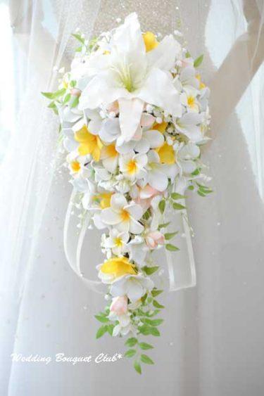 笑顔の素敵な花嫁様。カサブランカとプルメリアのキャスケードブーケ