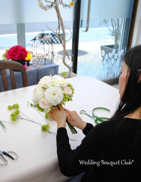オフホワイトのバラが綺麗なラウンドブーケ