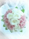 白とピンクのバラのラウンドブーケ