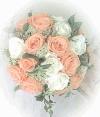 白と薄オレンジのバラのラウンドブーケ