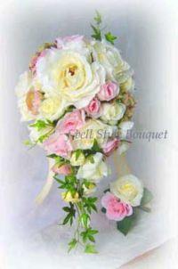 白とピンクのバラのオーバルブーケ